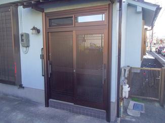 エクステリアリフォーム 風通しをよくしながらも視線の気にならない玄関ドア