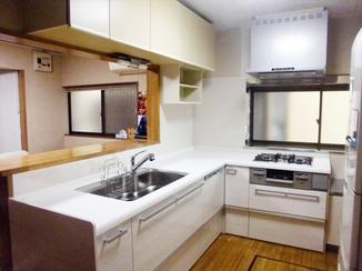 キッチンリフォーム 人工大理石の清潔感あふれるキッチン