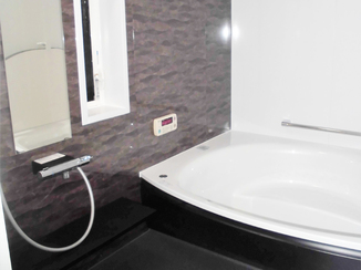バスルームリフォーム 大きな浴槽と落ち着きのある色合いで、毎日が癒されるバスルーム