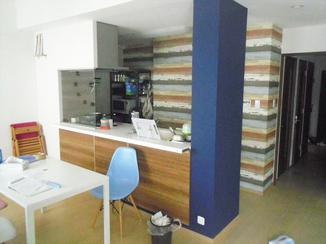 キッチンリフォーム アクセント壁紙で、より明るい空間に仕上げたキッチン