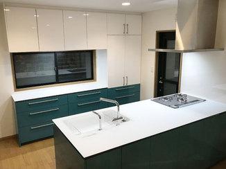 キッチンリフォーム 白と緑のツートンカラーが印象的なアイランドキッチン