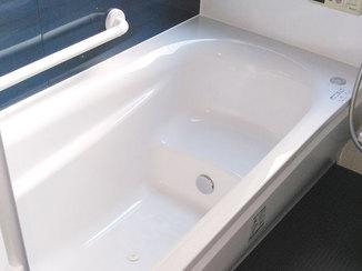 バスルームリフォーム 手すりをつけ、足腰が悪くても快適に使えるようにした浴室とトイレ