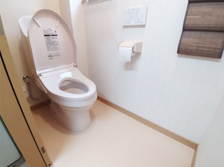 トイレリフォーム 機能がシンプルで使いやすい便座と、サッと一拭きでキレイになる床