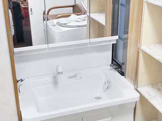 洗面リフォーム 3面鏡のくもりにくい鏡が使いやすい洗面化粧台