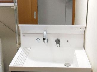 洗面リフォーム 2段の引出しと開き戸の収納で使いやすく、掃除もしやすい洗面台