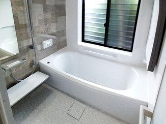 バスルームリフォーム 明るく温かみのある浴室と洗面室