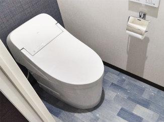 トイレリフォーム デニム調の床材とクロスでカッコよく仕上げたトイレ空間