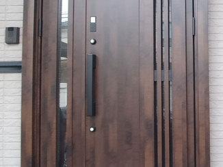エクステリアリフォーム 実家と自宅どちらのドアも開けられるカードキーつきの玄関ドア