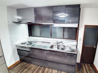 キッチンリフォーム 床の色をあわせ統一感をもたせたLDK