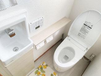 トイレリフォーム タンクレス便器&収納付き手洗い器で、すっきりしたトイレ空間