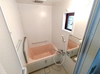 バスルームリフォーム 価格をおさえ、温かみのある色でまとめたバスルーム