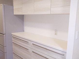 キッチンリフォーム より多く収納でき、キッチンによく似合うカップボード