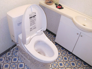 トイレリフォーム モロッコタイル柄の床をアクセントにした、お掃除しやすいトイレ