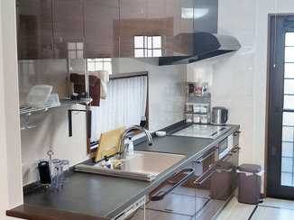 キッチンリフォーム テレビを見ながら作業できるキッチンと、明るいリビング